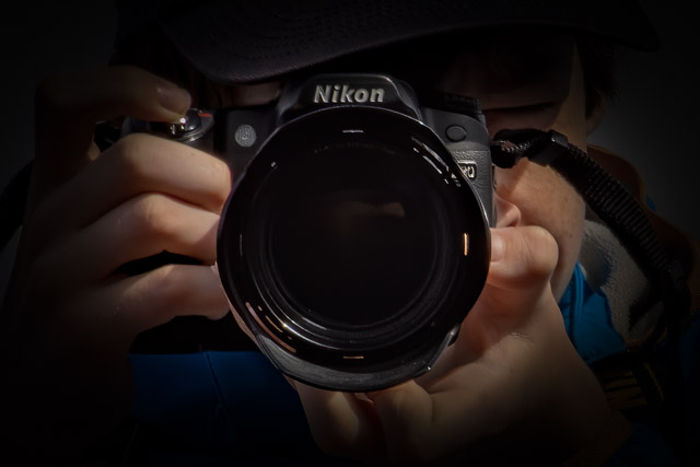 Närbild på en ung fotograf